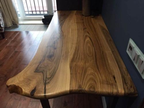 Обеденный стол с живым краем