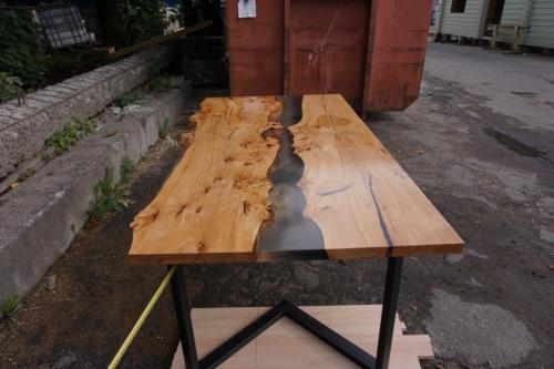 Обеденный стол на металлической основе