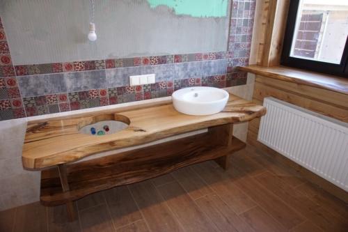 Стол с полкой в ванную