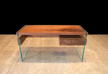 Письменный стол на стеклянных ногах